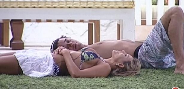 Fael e Fabiana conversam deitados na grama (22/3/12)