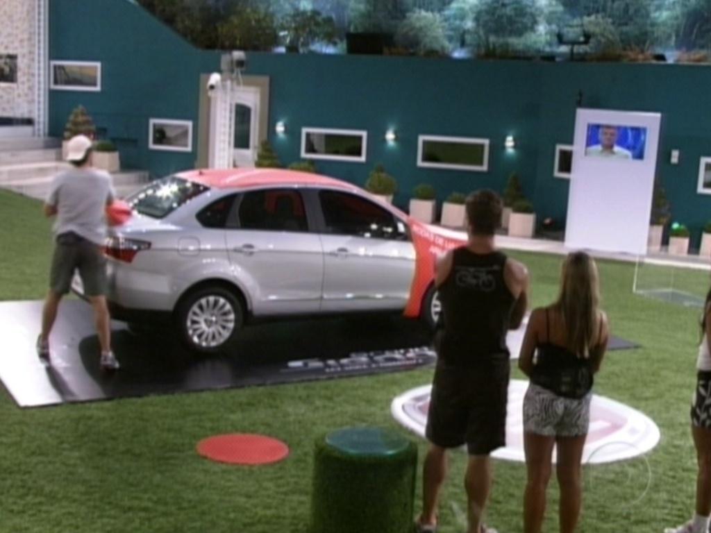 Fael jogou o dado e teve o direito de tirar três lonas do carro (22/3/12)