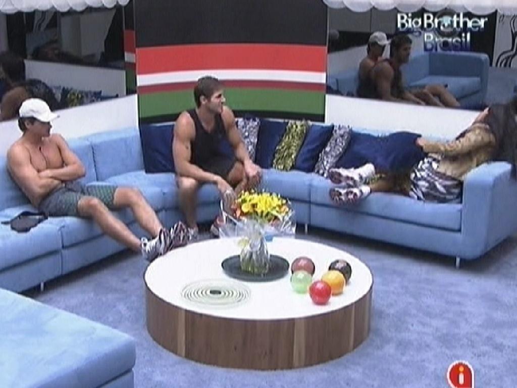 Fael, Jonas e Kelly já se reúnem na sala esperando a prova do líder (22/3/12)