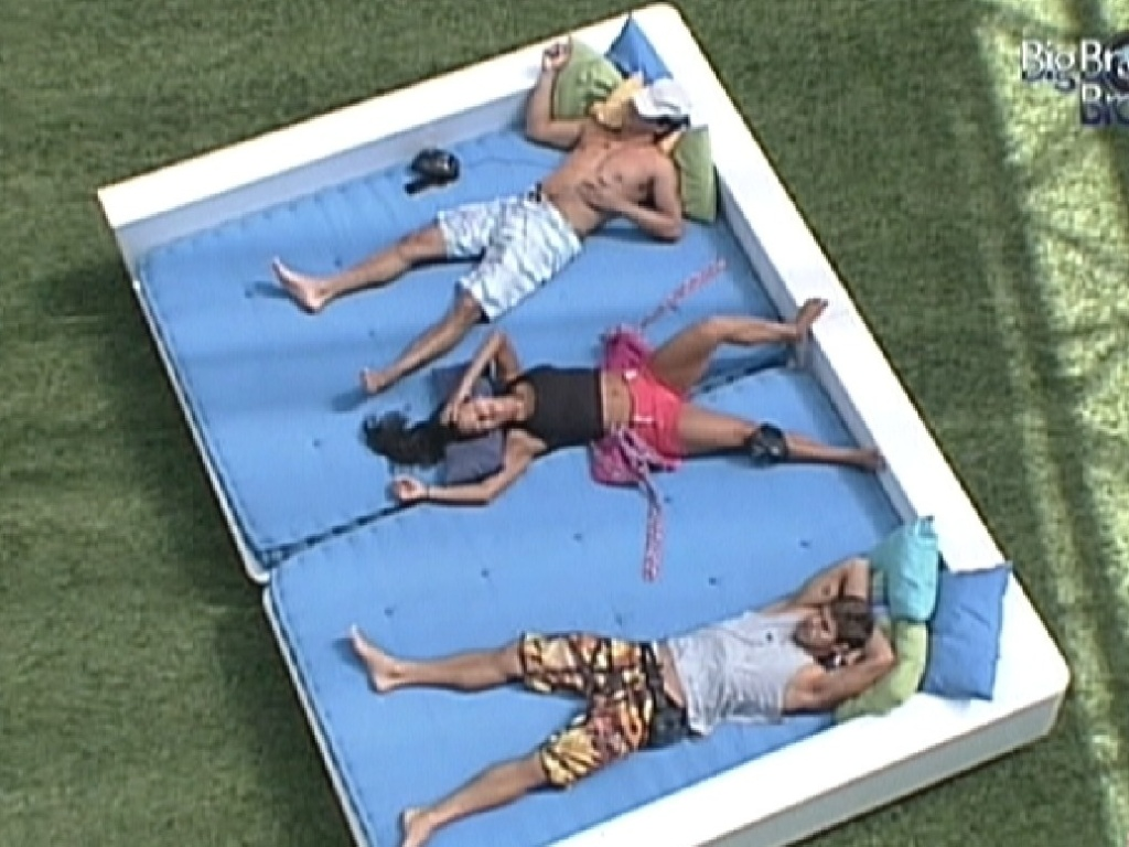 Fael, Kelly e Jonas se deitam na área externa (22/3/12)
