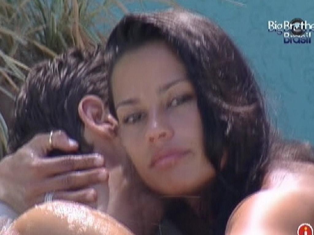 Kelly abraça Jonas e agradece apoio do modelo (22/3/12)