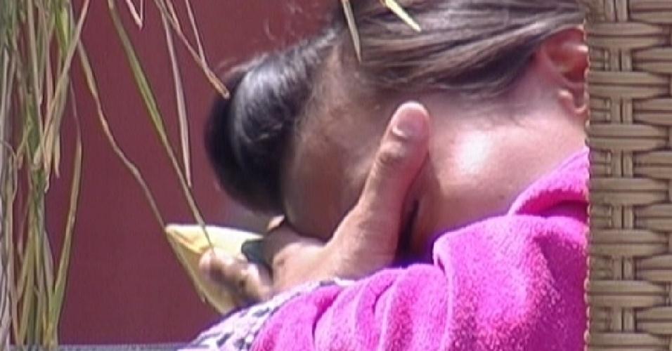 Kelly chora sozinha na área externa (22/3/12)