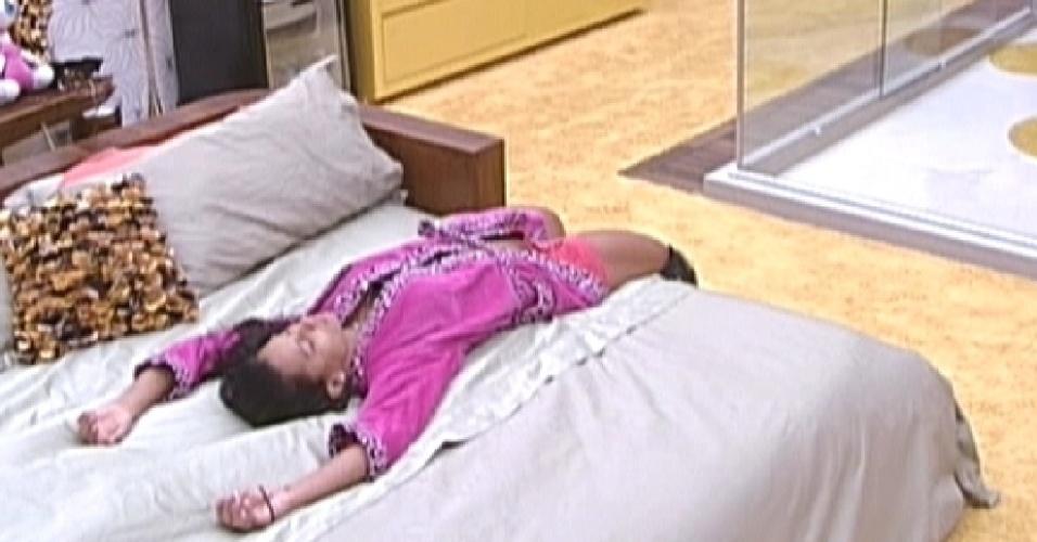 Kelly deita na cama no quarto do líder e fica pensativa (22/3/12)