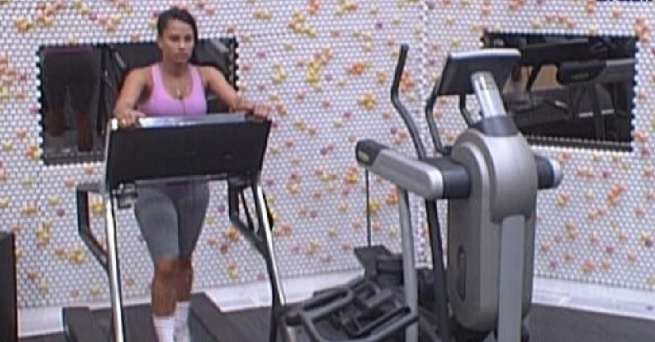 Kelly se exercita na academia em noite de prova do líder (22/3/12)