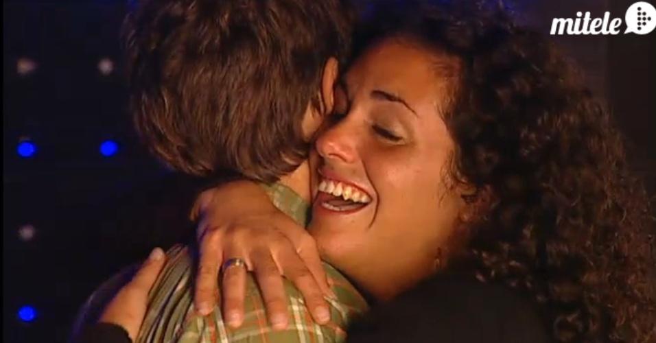 Noemí abraça Paolo, seu ex-namorado que tentou entrar no