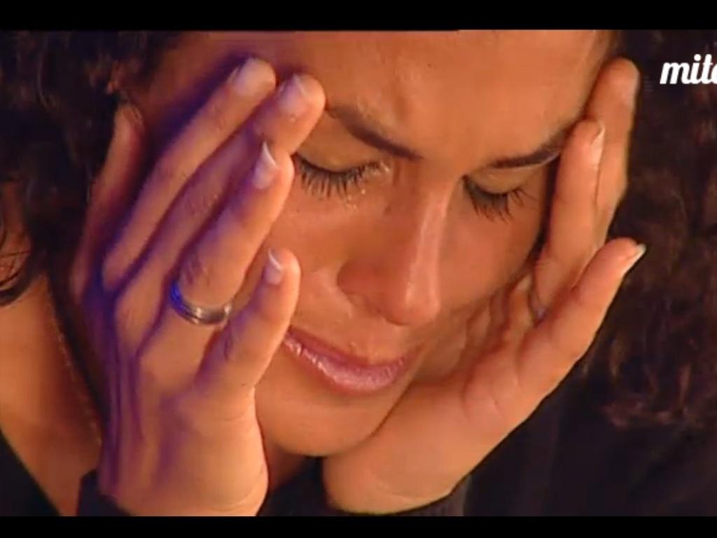 Noemí chora após encontrar ex-namorado, Paolo, antes de entrar no