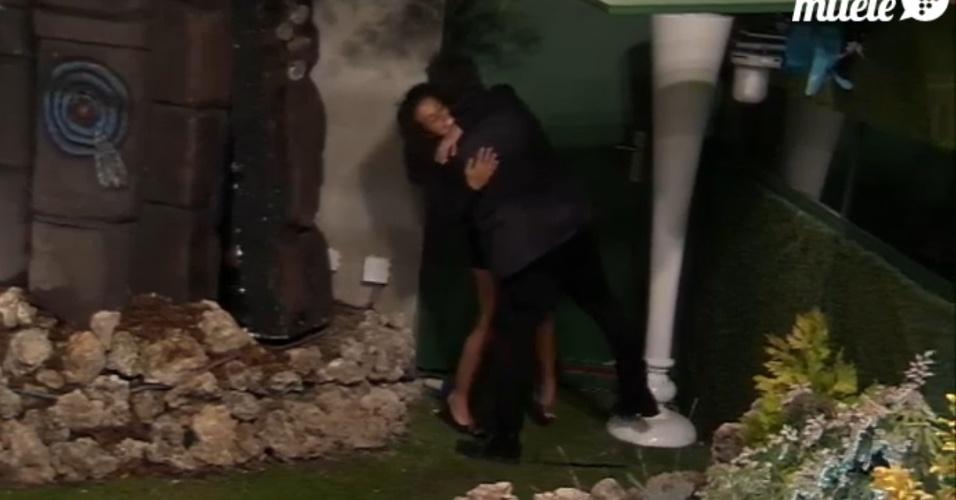 Noemí e Alessandro se abraçam no retorno da espanhola ao