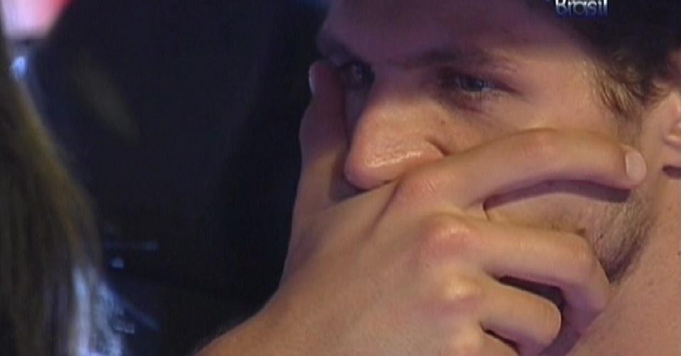 Jonas reclama por não conseguir respirar com cinto de segurança apertado (22/3/12)