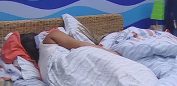 Kelly e Fabiana dormem na mesma cama no quarto Praia (23/3/12)