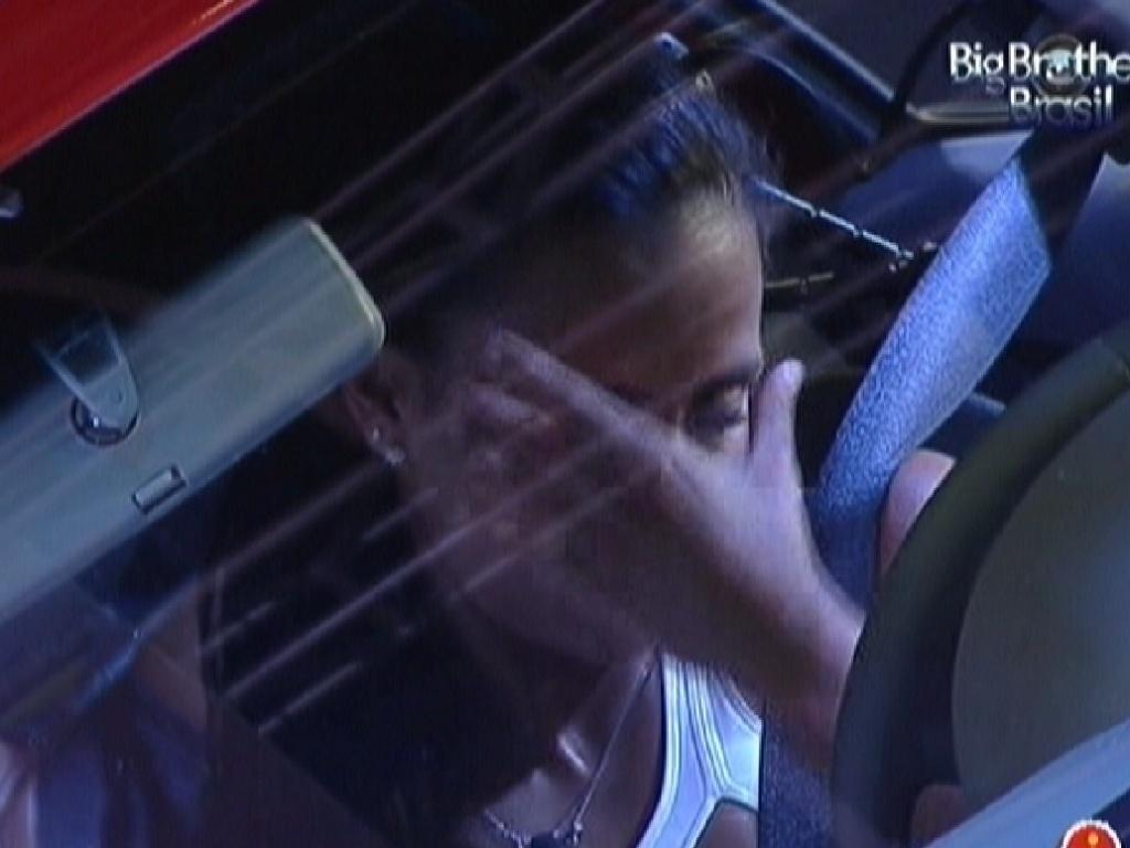 Kelly reclama de cólica e dor de cabeça dentro do carro (23/3/12)