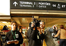 Equipe grava série de documentários no aeroporto de Guarulhos, em São Paulo