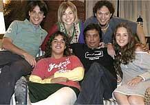Diretor (de preto) de Alta Estação com atores protagonistas da novela