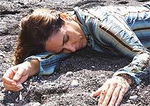 Julia (Glória Pires) vai parar numa praia deserta com Nikos (Tony Ramos)