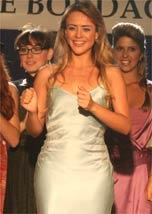 A atriz Juliana Silveira usa modelito de Carlos Tufveson
