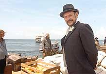 José Wilker interpreta o jornalista espanhol Luiz Galvez que quer conquistar o o território do Acre