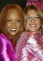 Tyra Banks e Gisele Bündchen na edição de 2004 do desfile
