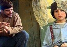 Guto (Alexandre Barillari) ensina Terê (David Lucas) a tirar dinheiro de ratoeira