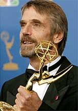 Jeremy Irons recebe o prêmio de melhor ator coadjuvante por Elizabeth I