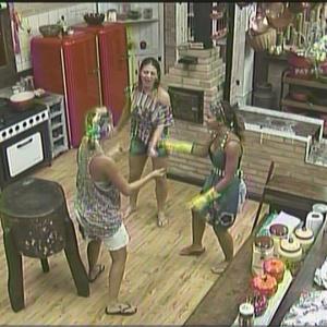 Peoas dançam e se divertem durante as tarefas na cozinha (08/01/2010)