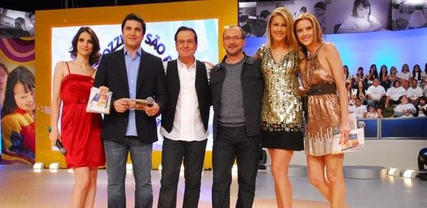 """""""Hoje em Dia"""", programa matutino da Record. Chris Flores de vermelho, na ponta esquerda, e Ana Hickmann de vestido dourado e preto, na ponta direita"""
