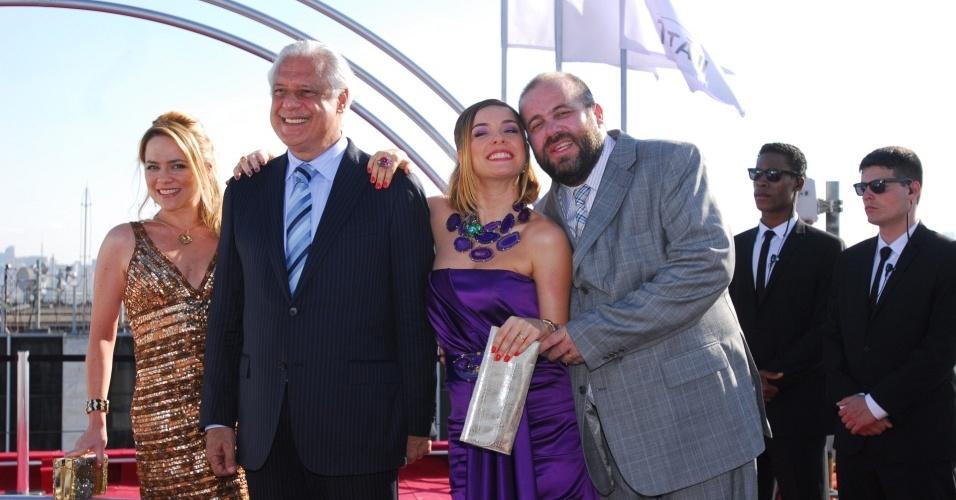 Regeane Cordeiro (Vivianne Pasmanter), Leal Cordeiro (Antônio Fagundes),Goretti Cordeiro (Regiane Alves) e Dr. Bodanski (Otávio Müller) cena de de