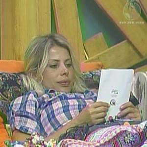 Karina olha o cartão que recebeu da família (12/01/2010)