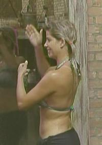 Karina toma banho depois da prova (12/01/2010)