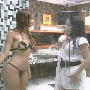 Anamara repara no corpo de Claudia e diz que empresária é muito magrinha