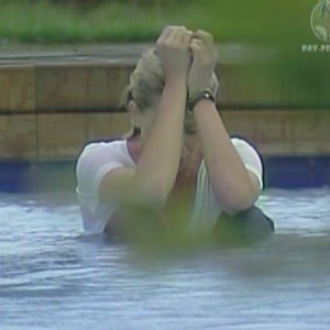 Karina Bacchi tenta relaxar na piscina (13/01/2010)