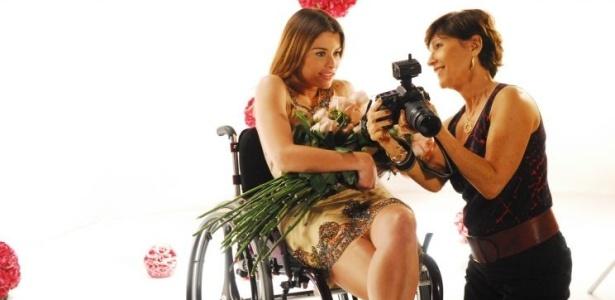 Luciana (Alinne Moraes) aceita fazer um ensaio fotográfico no estúdio de Ingrid (Natália do Vale)