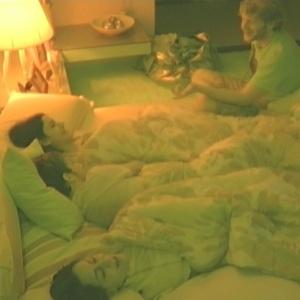 Na beira da cama, Michel canta para Tessália