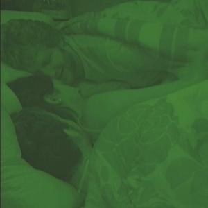 Tessália, Michel e Serginho dormem juntinhos