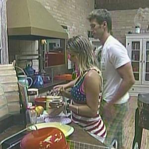 Segatti ajuda Karina a preparar o bolo (16/01/2010)