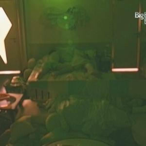 Participantes dormem na manhã desta segunda (18/1/10)