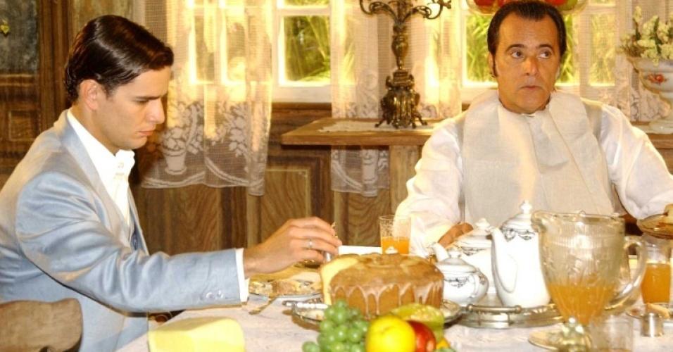 Da esquerda para a direita, Daniel de Oliveira e Tony Ramos em cena de