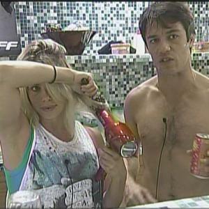 Acompanhada por Igor, Karina arruma o cabelo na frente do espelho