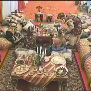 Peões comem em volta de uma das mesas