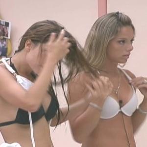 Fernanda confere o biquíni branco enquanto Cacau se troca (30/1/10)