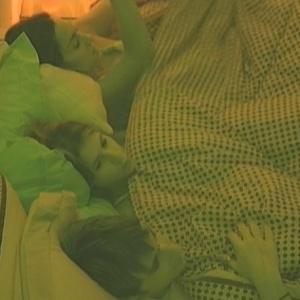 Serginho, Cacau e Lia dividem a cama da líder (29/1/10)