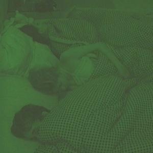 Serginho divide a cama com a líder Lia e Cacau (30/1/10)
