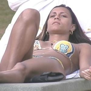 A líder relaxa na beira da piscina (03/02/10)
