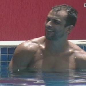 Dourado brinca na piscina sobre o