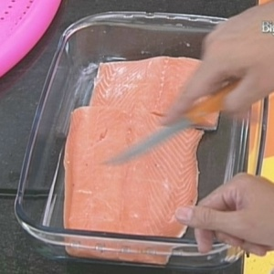 Dicesar prepara salmão na casa do