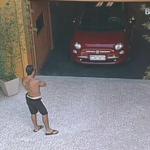Dourado observa veículo no quintal da casa (4/2/10)