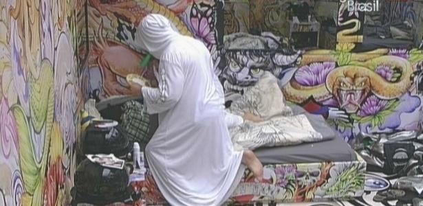 Deitada, Fernanda é atazanada pela dupla (05/02/10)