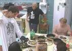Pessoal almoça no puxadinho