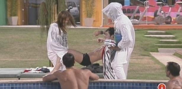 Cacau e Eliéser ameaçam jogar Serginho na piscina (06/2/10)