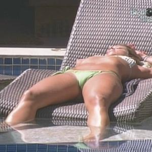 Fernanda toma sol e aproveita seu tempo de confinamento (6/2/10)