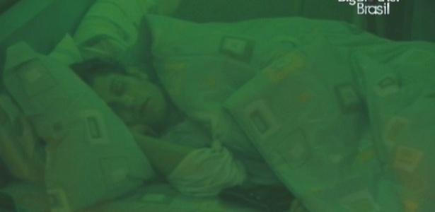 Eliéser, um dos emparedados, descansa na manhã deste domingo (7/2/10)