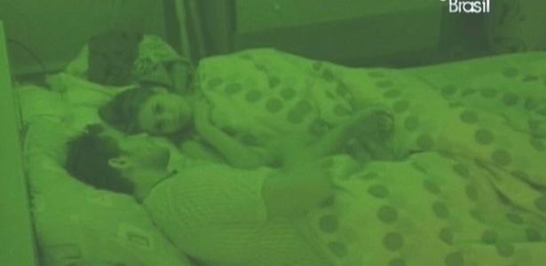 Casal conversa na cama (10/2/10)